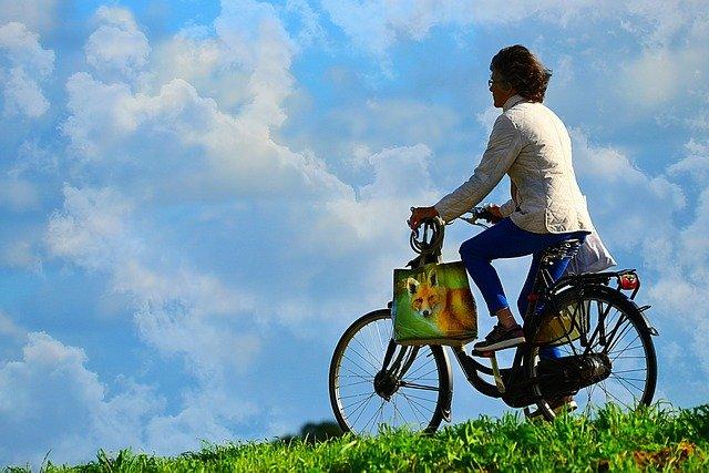 cyklistka s taškou