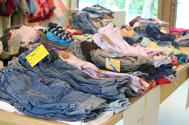 použité oblečení na bleším trhu
