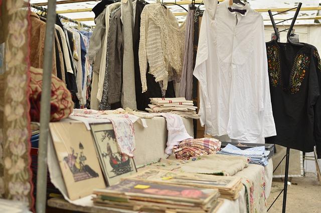 oblečení na bleším trhu