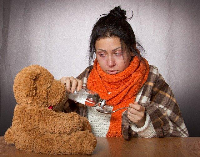 Nemocná žena s léky.