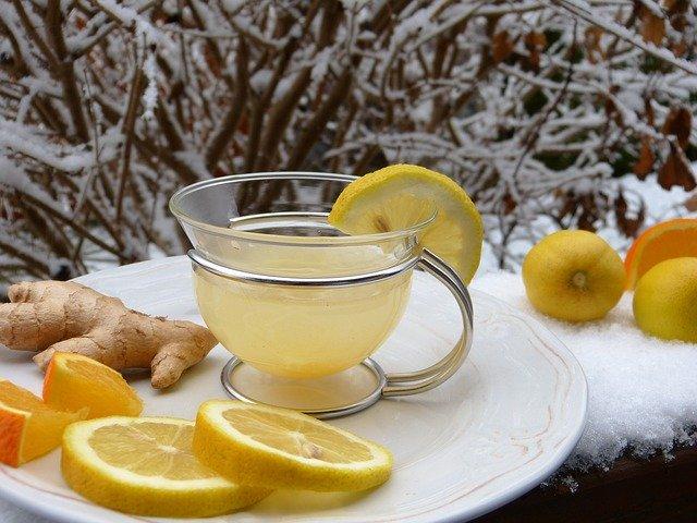 Čaj v hrnečku s citronem.
