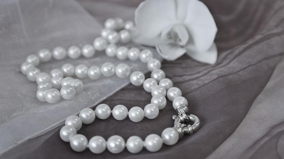 náhrdelník v posteli