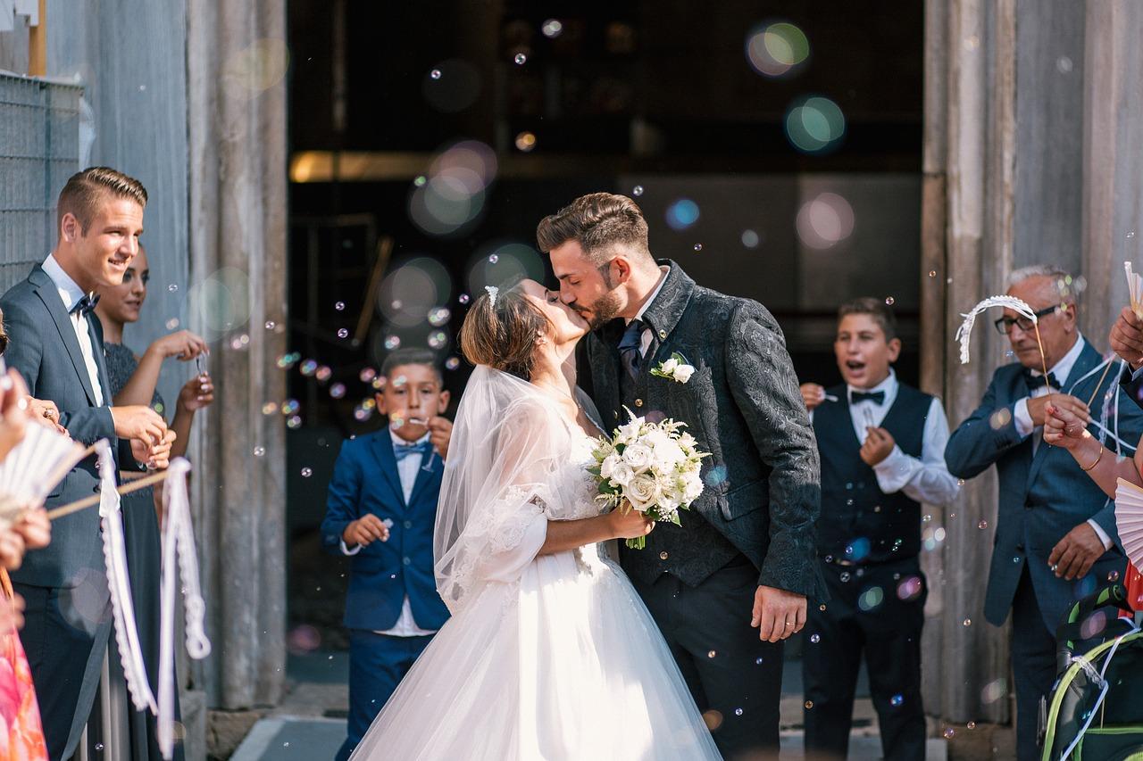 polibek novomanželů