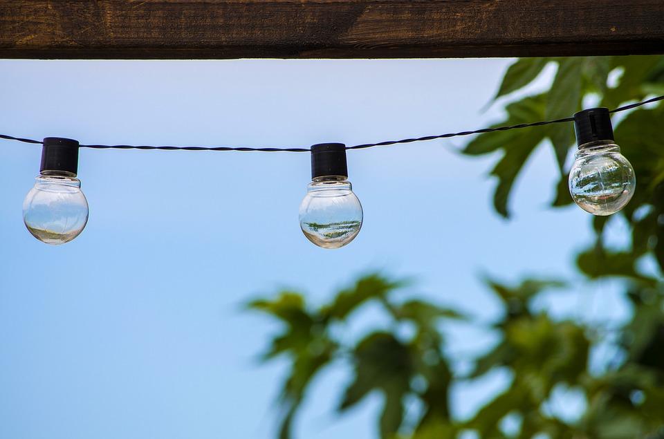 tři wolframové žárovky